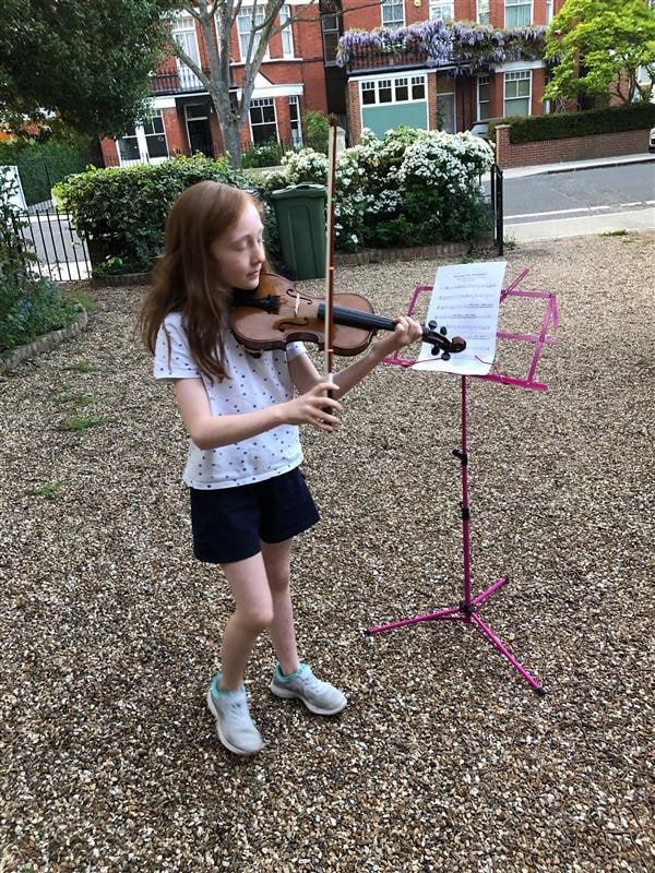SCHS Florence in Y5 performs a violin tribute